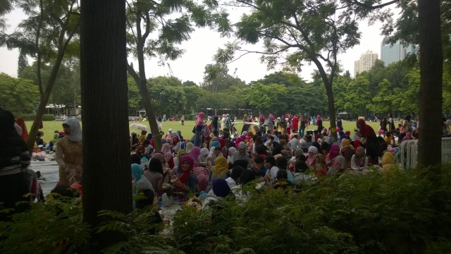 Indonesian ladies celebrating in Victoria Park